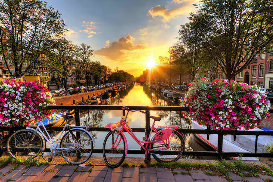 The canals of Amsterdam are only 15 minutes by train from Schiphol airport