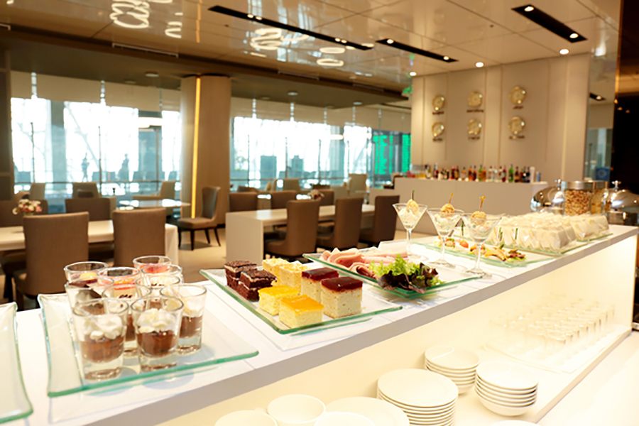 The food at Miracle First Class Lounge is beautifully served, with hot options available as well