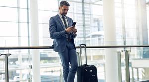 teaser-app-man-phone-smartphone-travel-airport